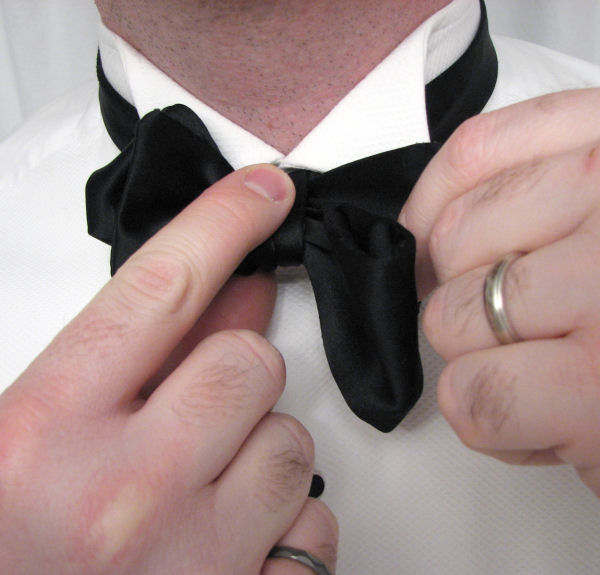 Black tie guide style tying a bow tie finesse the assembled bow ccuart Images